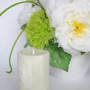 """sviesi maza stora zvake scaled Rankų darbo žvakė """"Pina Colada"""" (balta)"""